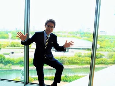 会場の大阪城ホールをバックにす・またん!ポーズの野村アナウンサー