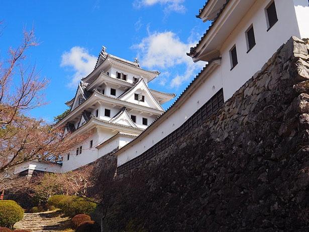 岐阜県・郡上八幡城は、日本最古の木造再建城としても知られる