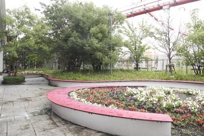 季節の花を楽しみながら休憩できる、リズミックベンチ