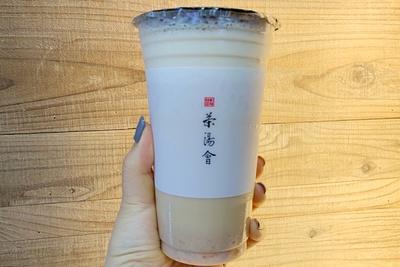 タロイモ紅茶ラテ(594円) / 初めての食感と味わいに、ハマる人続出!まろやかでクセになる~