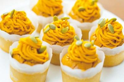カボチャケーキ カボチャクリーム。クリームの上にパンプキンシードが/コンラッド大阪「ハロウィンスイーツブッフェ」