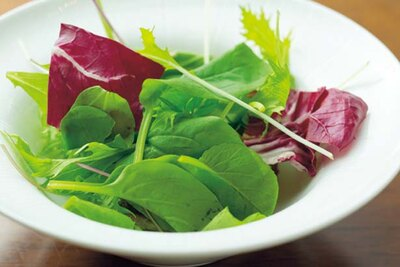 サラダには、梨とライムやゆず醤油など3種のドレッシングをそろえる/コンラッド大阪「ハロウィンスイーツブッフェ」