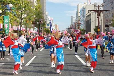 【写真を見る】踊り手たちの熱気に驚く南九州最大の祭典
