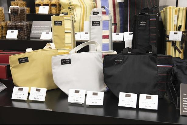 「トートバッグ」(6490円)。中は保冷バッグになっている。後ろにある「ワインバッグ」は4290円