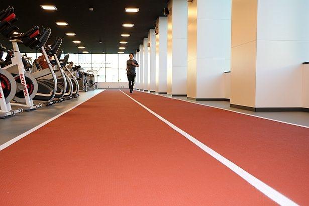 国際大会が行われるスタジアムと同仕様の「50メートルランニングレーン」。標高2000メートルから4000メートル相当の低酸素環境下でトレーニングできる