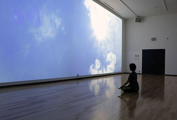 スタジオには壁一面の大きなプロジェクションマッピングを用意(天井高5メートル)