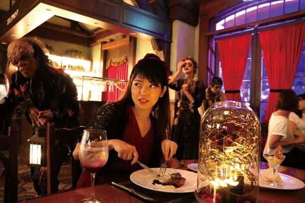 【写真を見る】見えるはずのないローザたちがレストランへと迷い込む/ユニバーサル・スタジオ・ジャパン
