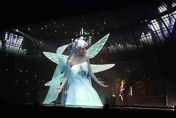 セーラームーンの前世の母親であるクイーン・セレニティ役は、乃木坂46の白石麻衣