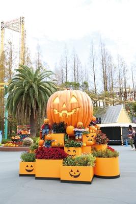 パーク内は、秋の花やオレンジ色のカボチャで装飾され、ハロウィン気分を盛り上げる
