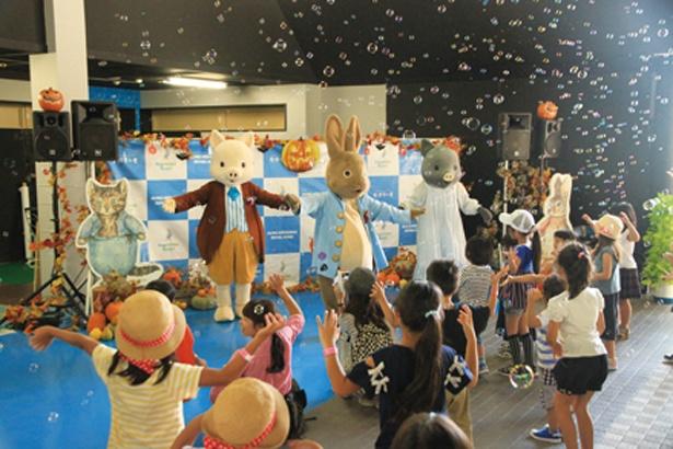 ピーターラビットやその仲間たちと一緒に踊ったり、体を動かしたりできる「ピーターラビットのハロウィンミニショウ」も開催