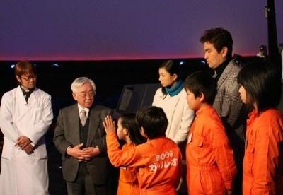 【写真】益川敏英教授の話に興味深々な一同