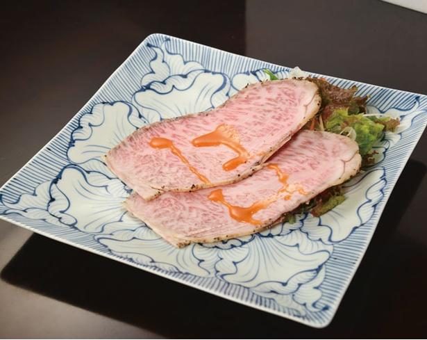 日本料理 くらおか亭 / 「ローストビーフ」(1枚1200円※写真は2枚)。佐賀牛をはじめA5等級の最高級牛ロースを使用。焼き上げたあとすぐに冷やすため独特の口溶けが絶品だ
