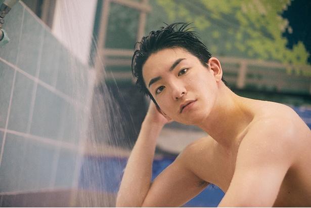 初めに頭を洗うという前田さん。髪をかき上げきりっとした眉が印象的…♡