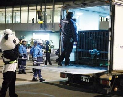 2月21日、パンダが成田空港に到着