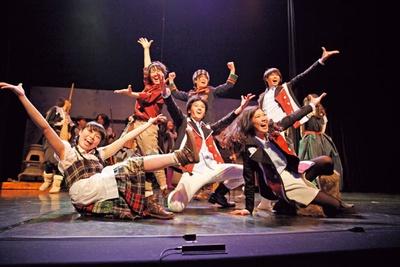 関西文化芸術高等学校のパフォーマンス専攻の生徒たちが、ダンスを披露!