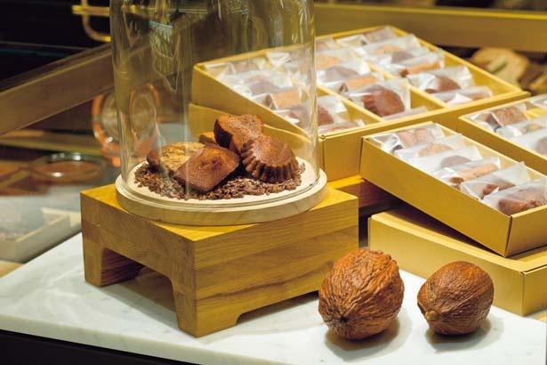 マカロンやフィナンシェなど、焼き菓子は種類に合わせて異なるクーベルチュール・ショコラを使用/ル・ショコラ・アラン・デュカス 大丸心斎橋
