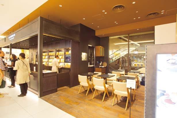 売場に隣接するサロンにはテーブル席のほかカウンター席もあり、1人で買物時の休憩にも利用できる/ル・ショコラ・アラン・デュカス 大丸心斎橋