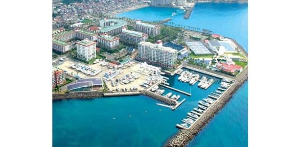 マリーナを中心に、ひとつの街を形成する総合リゾート。「テニスコート」や「スポーツクラブ」も