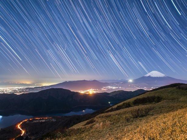 駒ケ岳山頂から見える星空と富士山