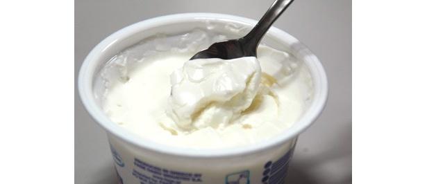 クリームチーズのような濃厚さと歯ごたえが楽しめる「トータルグリークヨーグルト(170g)」(598円)