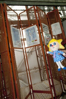 工事用エレベーターに乗れるのもレアな体験ですね