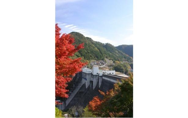 【写真を見る】ダイナミックな噴水と共に色鮮やかな紅葉が楽しめる / 耶馬渓