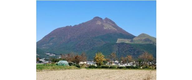 由布院を象徴する由布岳が鮮やかに彩られる / 由布岳