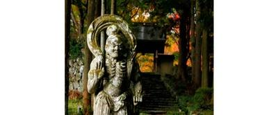 真っ赤な紅葉の中に勇壮に立つ仁王像 / 両子寺