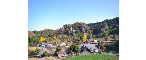 色づく紅葉が1kmに渡り続く奇岩秀峰を引き立たせる / 立羽田の景