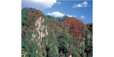 迫力ある岸壁と紅葉のコントラスト / 響渓谷