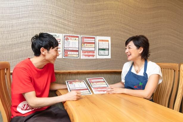 「トマト麺Vegie WEST」の店主・川村智也さんとメニューの方向性を打ち合わせする佐藤麻美さん