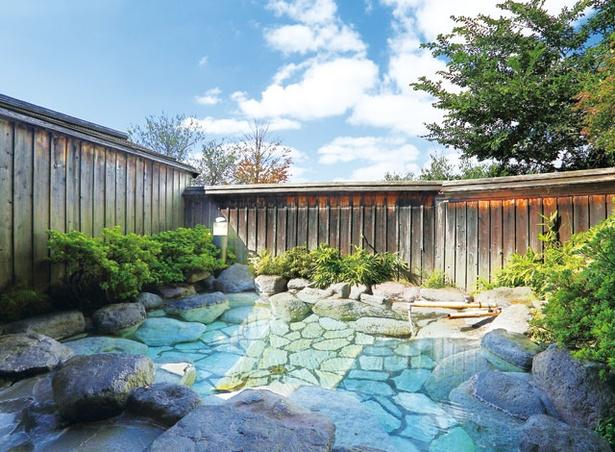 【写真を見る】 梅園 / 由布院では珍しい広々とした貸切りの露天風呂