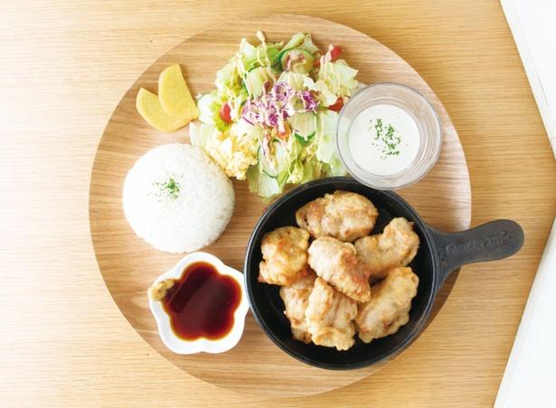 千家 / 九州産の鶏モモ肉がジューシーな、「千家のとり天プレート」(980円)
