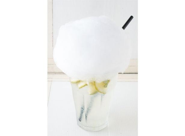 千家 / 「かぼすソーダ」(480円)は、由布院の朝霧をモチーフにした綿菓子をトッピング