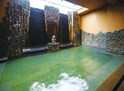 【写真を見る】優彩  / 天井から日光が射し込む内湯「湯滝の湯」