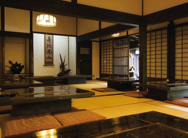 とうふ吉祥 / 和室の大広間には囲炉裏付きのテーブルが並ぶ
