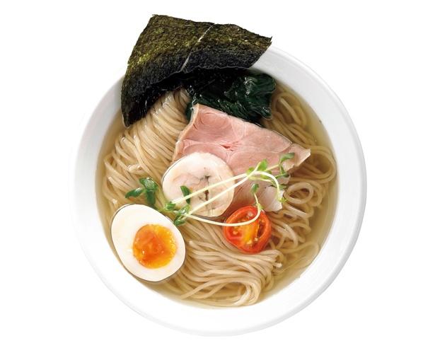 【写真を見る】透明感のあるスープに熟成した塩の旨味がよく合う!「熟成塩ダレの出汁麺」(782円) / らぅめん 愛ごや