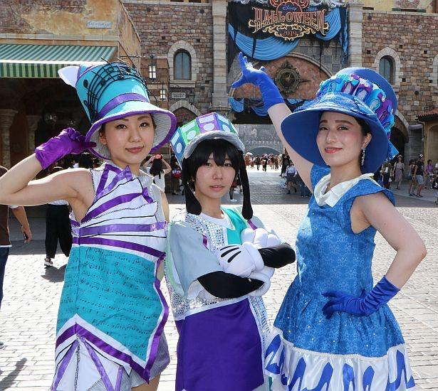 ショーのダンサーの衣装を再現する人も