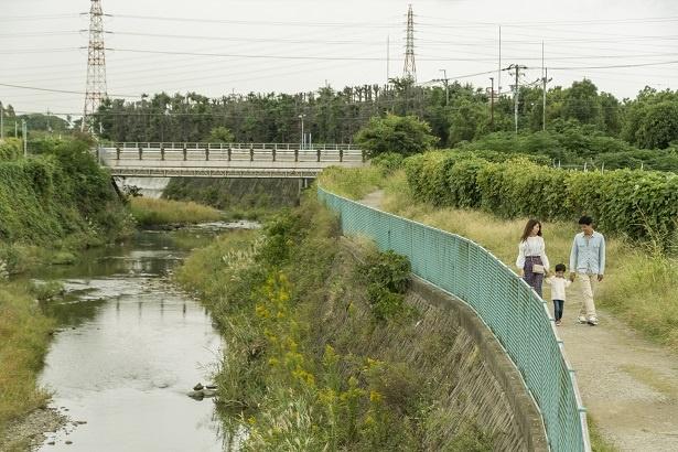 有料駐車場から歩いて5分ほどで「千里川土手」に到着。千里川沿いを少し歩くと飛行機が頭の真上を通過するベストスポットに