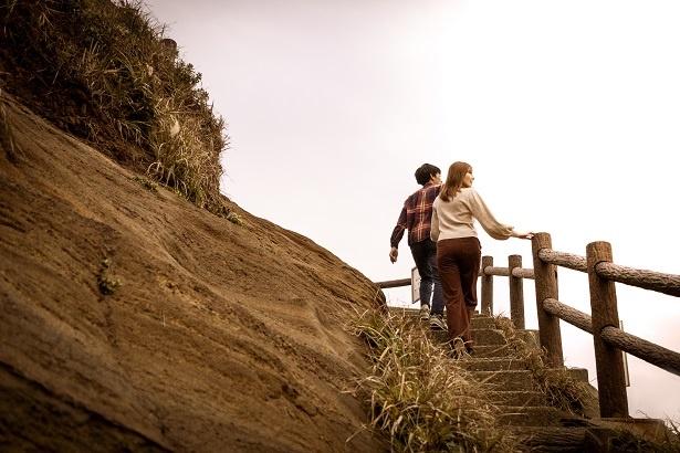 「馬の背洞門」に向かう行きは下り、帰りは上りが続く。雄大な太平洋の景観が広がる