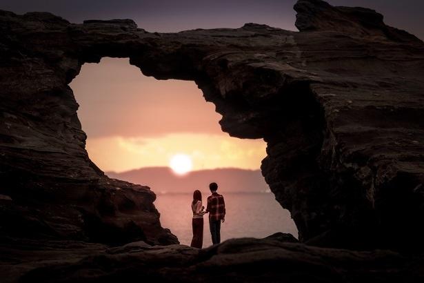 パワースポットとして知られる「馬の背洞門」。波の侵食により作られる。ふたりがいる場所までは歩いて行ける