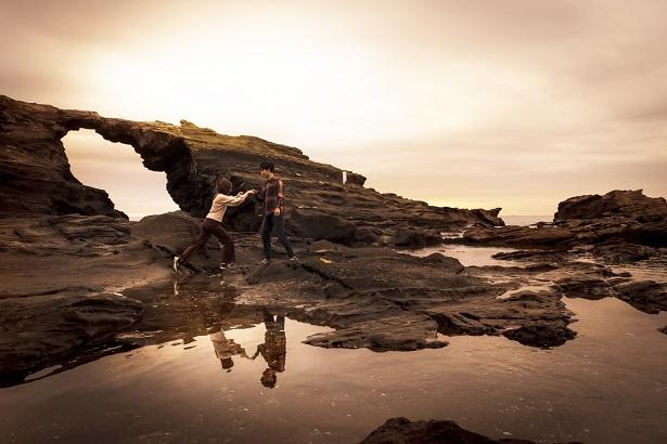 太平洋を背にした「馬の背洞門」には不思議な形の岩礁が広がる。こちらも見どころのひとつ