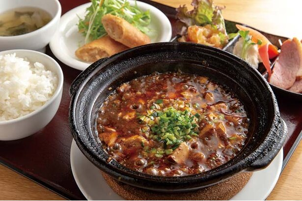 中華食堂 源 / 特製麻婆豆腐定食(1200円)。麻婆豆腐は熱々の土鍋で味わう