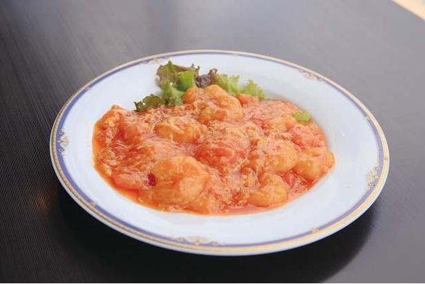 チャイニーズテーブル SHISEN / 海老を12種以上のスパイスや調味料で味付けした海老のチリソース煮(1880円)。トマトの風味が爽やかだ
