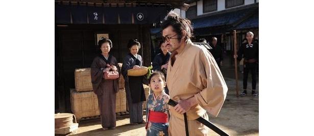 侍として戦うことを拒絶し、刀を捨てた野見勘十郎(野見隆明)とその娘たえ(熊田聖亜)は行くあてもない流浪の旅を続けている