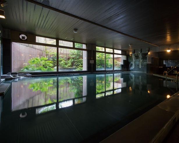 【画像を見る】B1の大浴場は浅めに設計されており、半身浴や寝湯も可能 / ホテル 華翠苑
