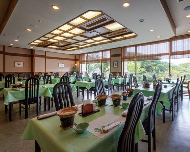 旬の食材を使った会席料理や湯豆腐など佐賀グルメと地酒も楽しめる / ホテル 華翠苑