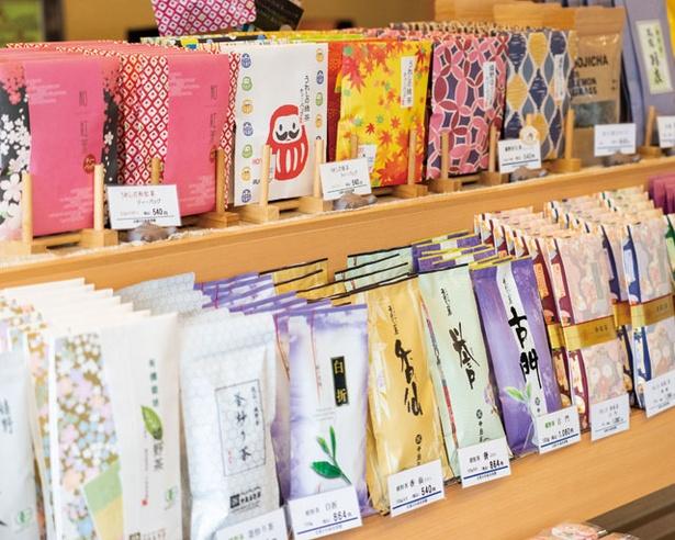 味や風味が異なる茶葉が並ぶ / 中島美香園