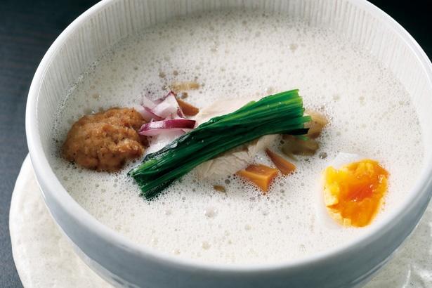 鮮やかなトッピングが目をひく「鶏泡白湯」(税込 900円) / 侍麺
