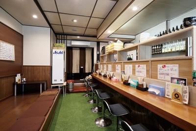 店内は土足禁止。昼は座敷や個室は使用せず、ラーメン店のために改造したカウンター席のみ / 侍麺